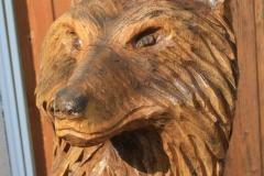 gartenbank_aus_holz_chainsaw_carving_philipp_schad_holzkunst_ulm_kettensaegenschnitzer_heidenheim_holzbank_wolfskopf_wolf_holzfigur